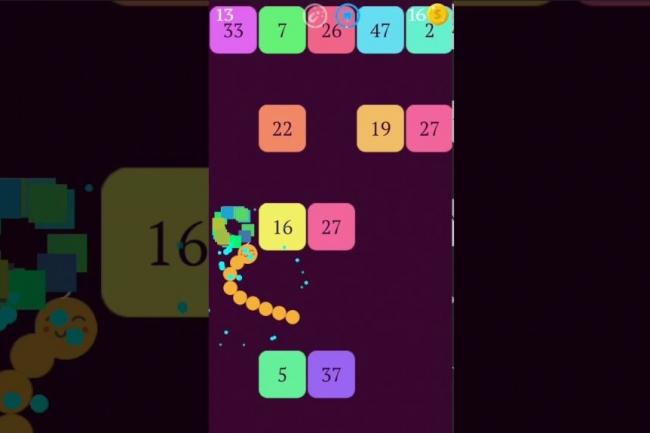 Snake vs Blocket est l'un des jeux-vidéo gratuit pour mobiles de l'éditeur français Voodoo. (crédit : D.R.)