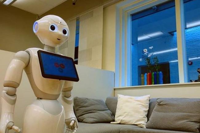 Le robot Pepper de SoftBank Robotics, plus rassurant dehors que dedans. (Crédit : D.R.)