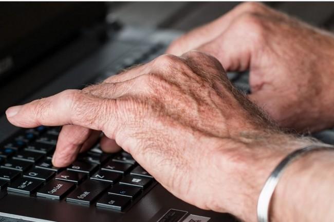 13 millions de Français sont en difficulté avec le numérique. Il est urgent de prendre des mesures pour faciliter leur maîtrise de ces outils à un moment où de plus en plus de démarches se font en ligne. (Crédit : stevepb)