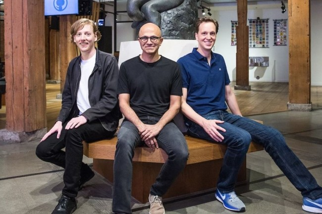 Chris Wanstrath (CEO et co-fondateur de GitHub), Satya Nadella (CEO de Microsoft) et Nat Friedman (vice-président des services développeur de Microsoft) réunis à l'occasion du rachat par Microsoft de GitHub. (crédit : Microsoft)