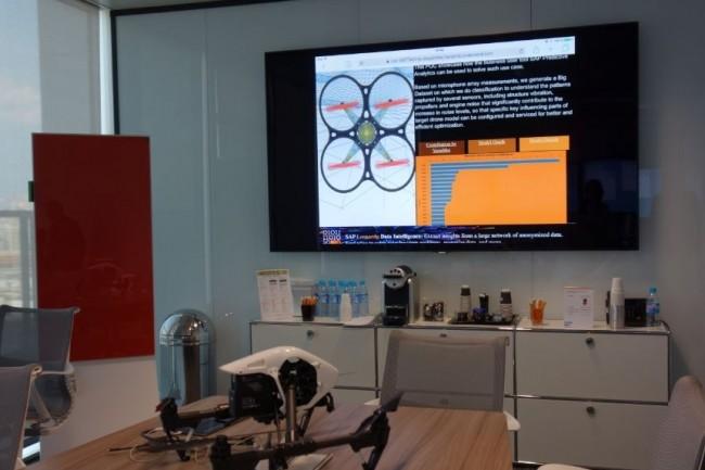 Le centre Leonardo de SAP en France (Levallois) propose des équipements pour permettre aux clients de l'éditeur de réfléchir sur différents points, par exemple, comment déclencher un décollage de drône pour surveiller des opérateurs. (crédit : M.G.)