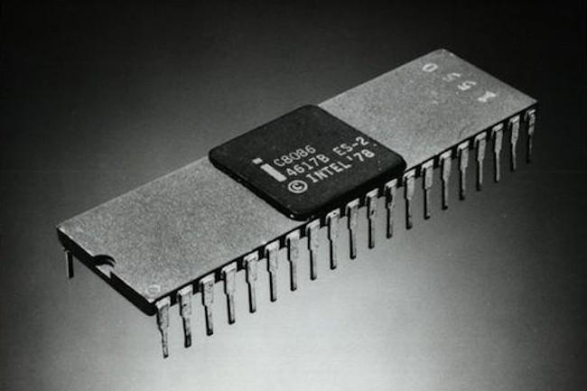 Le microprocesseur Intel 8086 fête ses 40 ans cet été : il s'agit de la première puce exploitant le jeu d'instructions x86. (Crédit Intel)