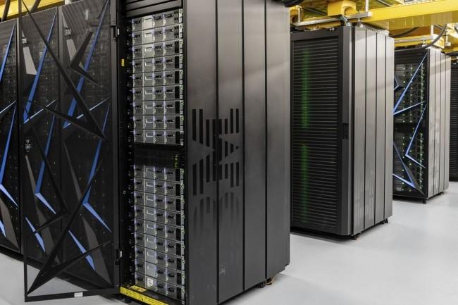 IBM a livré dans les temps le supercalculateur Summit qui lui a été commandé par le département de l'Energie au laboratoire national Oak Ridge (Tennessee). (Crédit : ORNL)