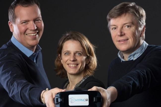 En développant Hypno VR, Denis Graff (à gauche), Chloé Chauvin et Nicolas Schaettel ont démontré la faisabilité de l'hypnose médicale grâce à la réalité virtuelle. Crédit. Hypno VR