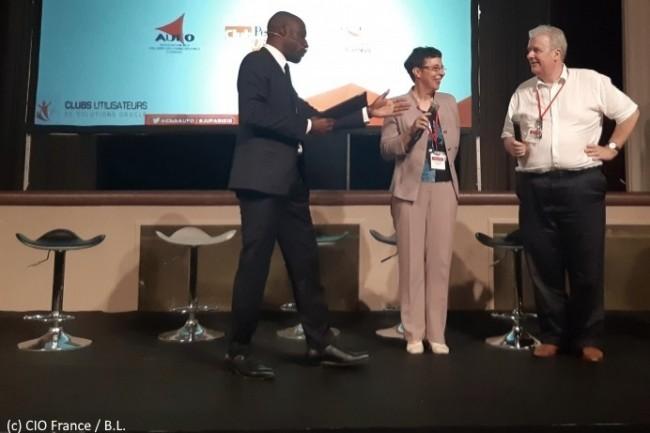 Jean-Jacques Camps (président de l'AUFO), Françoise  Hemery (administratrice du Club JDEdwards) et l'animateur (de droite à gauche) inaugurent la Journée des Utilisateurs Oracle.