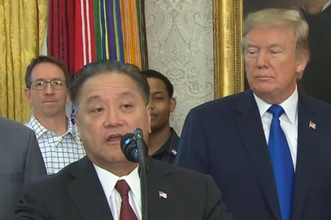Hock Tan, CEO de Broadcom, le 2 novembre à la Maison Blanche annonçant le rapatriement de son siège social singapourien vers les Etats-Unis aux côtés de Donald Trump qui l'a, depuis, empêché de racheter Qualcomm. (Crédit : D.R.)