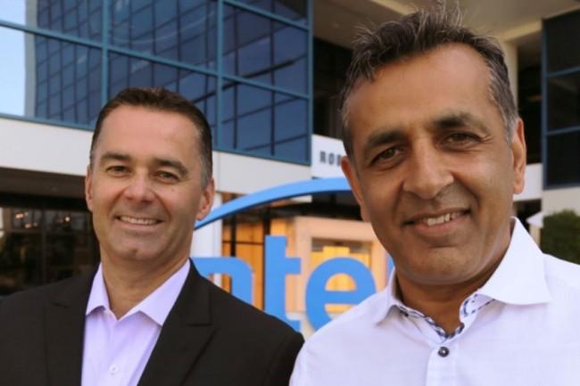 Dan McNamara (à gauche), vice-président et directeur de la division Programmable Solutions Group d'Intel aux côtés du CEO d'eASIC, Ronnie Vasishta, posant devant le siège du fondeur à Santa Clara le 12 juillet 2018. (Crédit : Intel Corporation)