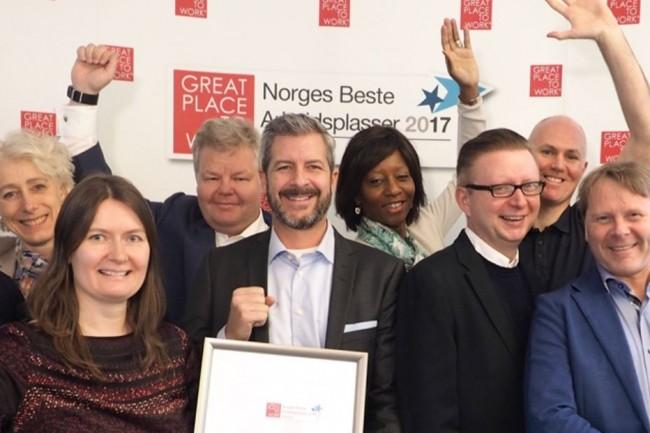 Fredrik Ohlsen, CEO de Basefarm au milieu d'une partie de ses équipes à l'occasion de la remise du prix Best Place To Work 2017 où il a décroché la 10e place en Norvège dans la catégorie 200-499 employés. (crédit : D.R.)