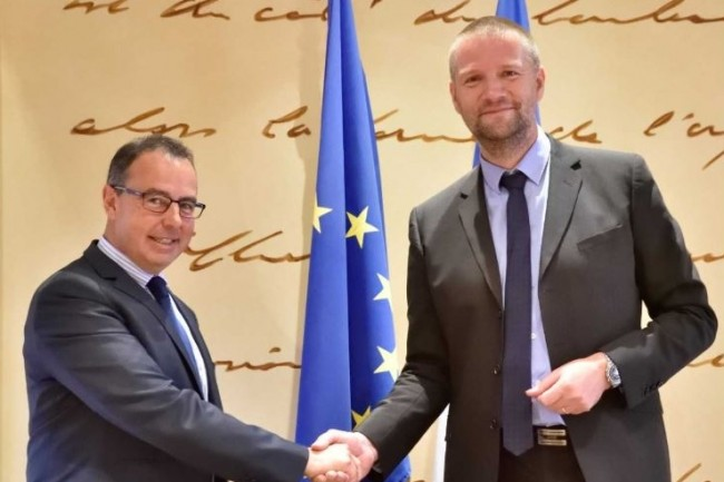 Patrick Cipriani, directeur de la sécurité de l'aviation civile (à gauche) et Guillaume Poupard (directeur général de l'ANSSI) ont scellé leur partenariat. (crédit : ANSSI)