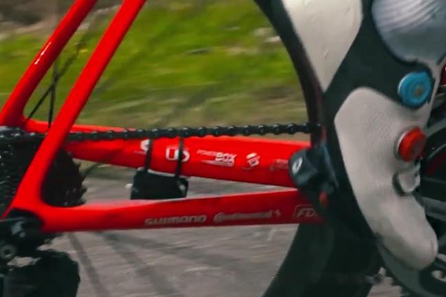 Un boitier ultra-léger et conçu sur mesure a été installé sur les vélos des 176 coureurs du Tour pour récupérer leurs données de géolocalisation et de vitesse en temps réel. (Crédit : Dimension Data)