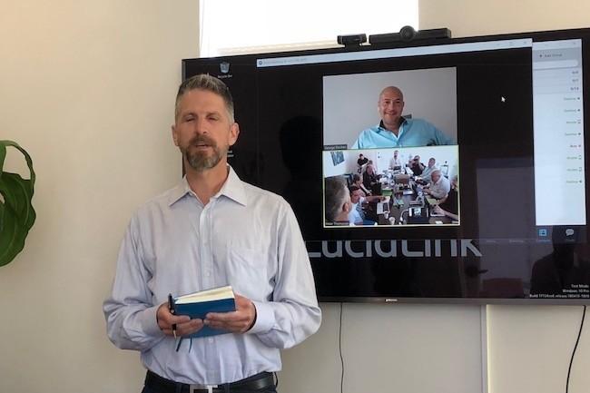 Ancien de Datacore, Peter Thompson a fond� avec George Dochev (sur l'�cran en arri�re-plan) la start-up Lucidlink en 2016. (Cr�dit S.L.)