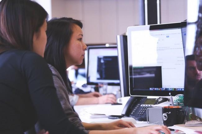 Pour réduire les frictions entre développeurs, experts en sécurité et opérationnels, il faut que chacun soit informé au travers d'outils de collaboration de l'état d'avancement de chaque projet. (Crédit : Startup Stock Photos)