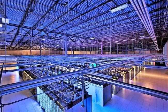 Les datacenters de Google abritent des milliers de serveurs sur lesquels des services comme son moteur de recherche et sa messagerie sont utilisés de façon intensive. De même que les services de vidéo en ligne de YouTube. (Crédit : Google)