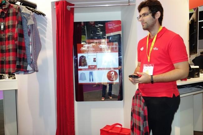 Sur Paris Retail Week, Fujitsu montre sa cabine d'essayage connectée qui permet au client de demander, via l'écran tactile, qu'un vendeur lui apporte d'autres vêtements à essayer. (Crédit : LMI/MG)