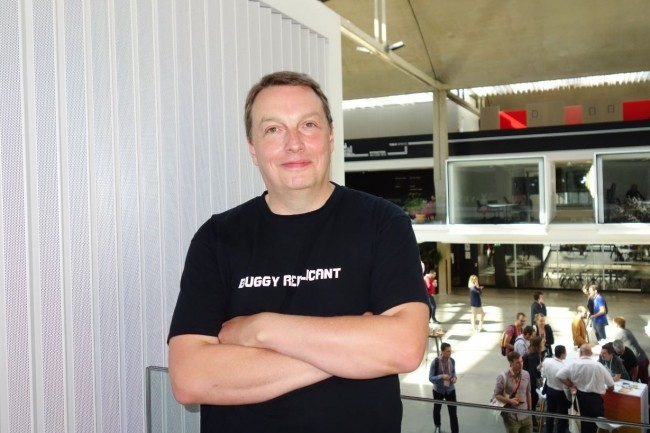 Julien Simon, évangéliste AWS sur les technologies de machine learning et d'intelligence artificielle, lors d'un entretien le 11 septembre sur le campus Station F. (Crédit : LMI/MG)
