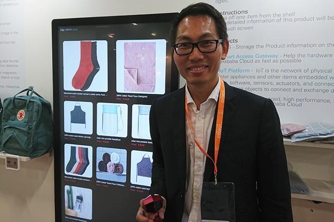 Qunkai Liu, responsable de la France et de l'Europe du Sud chez Alibaba Cloud était présent sur le stand du fournisseur chinois du salon Paris Retail Week. (Crédit : Nicolas Certes)