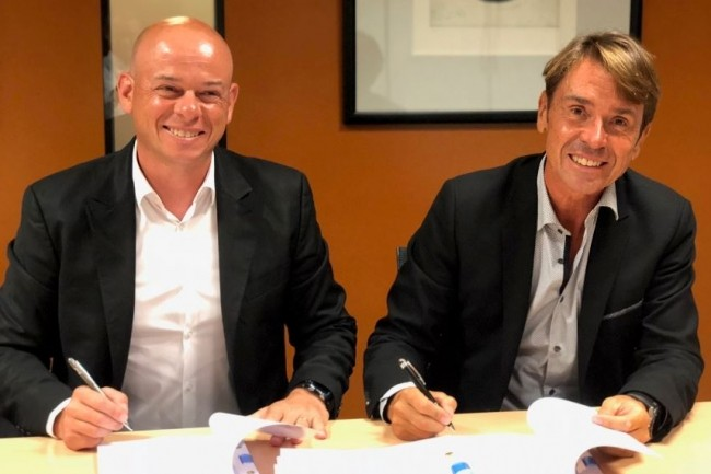 Antoine Glangetas, PDG d'Emplio (à gauche) et Patrick Hett, directeur général fondateur de Kimoce (à droite) lors de la signature de la transaction. Crédit.D.R