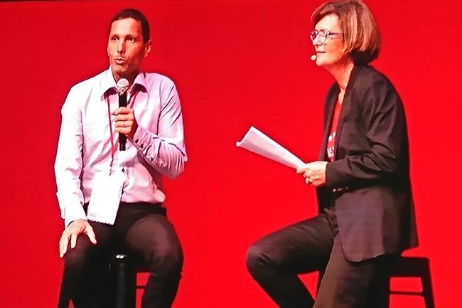 Au Red Hat Forum à Paris ce mardi, Eric Herrmann, responsable des services de cloud privé chez Airbus, a été interrogé par Carine Braun-Heneault, DG France de l'éditeur. (crédit : Nicolas Certes)