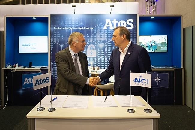 Stéphane Janichewski, en charge du marché Défense & Aerospace chez Atos (à gauche) et Kevin J. Scheid, directeur général de l'agence de communications et d'information de l'OTAN ont signé l'accord à l'occasion du NIAS 2018 cette semaine. (Crédit : NCI Agency/NIAS 2018)