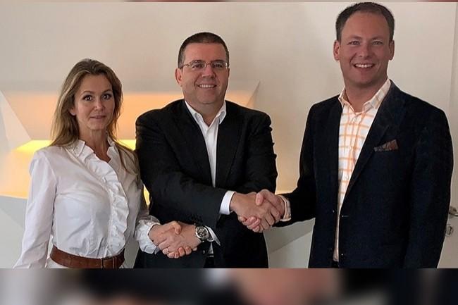 David Martinez, CEO d'Infinigate, entouré par les fondateurs d'Acmeo, Isabelle von Künßberg et Henning Meyer