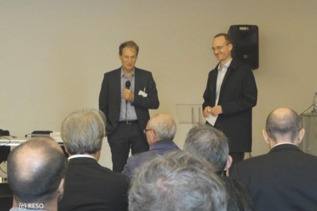 Thierry Lugbull, président de RESO et directeur général des centres hospitaliers de Saint-Lô et Coutances (à gauche) et Emmanuel Mougeotte, directeur général d'Agfa Healthcare (à droite), lors de l'AG de RESO.