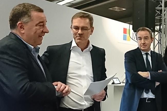 Bernard Ourghanlian, directeur technique et sécurité de Microsoft France (à gauche), et Laurent Schlosser, directeur de la division Secteur Public, ont annoncé la certification HDS en présence de Luigi Brusamolino, directeur Europe de BSI, l'organisme qui leur a attribuée. (Crédit : Nicolas Certes)