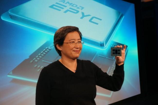Le CEO d'AMD Lisa Su exhibe la dernière puce serveur 14 nm avec 64 coeurs gravés en 7 nm.
