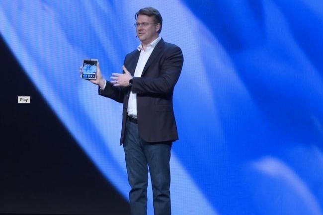 Si vous avez cligné des yeux pendant que le vice-président Justin Denison montrait le nouveau téléphone pliable de Samsung, alors vous n'avez probablement pas pu le voir. (Crédit: Samsung)