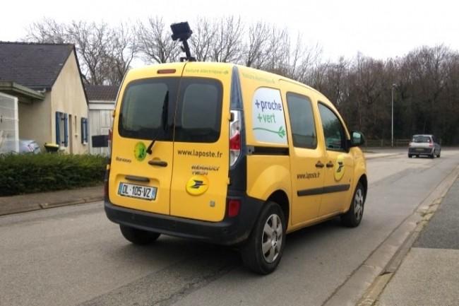 Les voitures des postiers sont équipées de caméras pour auditer l'état du réseau routier. (Crédit Photo: D.R)
