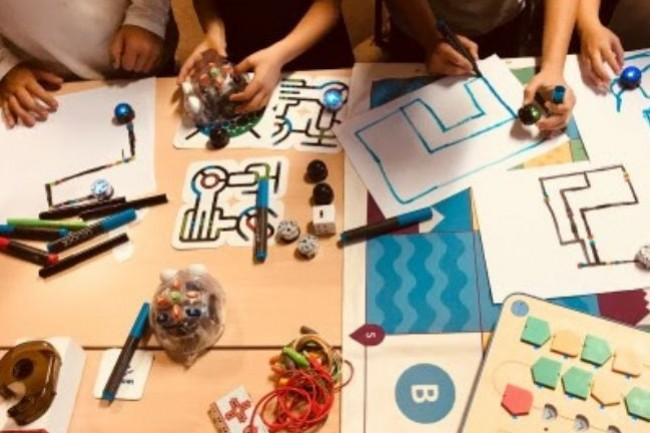 Digitowl a développé sa propre pédagogie afin que les enfants dès 5 ans puissent apprendre le code sans écran. (crédit : D.R.)