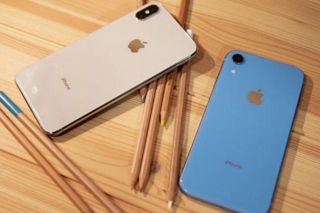 Malgré sa batterie plus petite, l'iPhone XR (à droite) offre une meilleure autonomie que l'iPhone XS Max. (Crédit : Christopher Hebert/IDG)