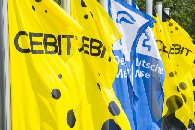 Les drapeaux du Cebit, familiers des visiteurs du célèbre salon informatique, ne flotteront plus au vent. Annulé, le rendez-vous IT va se fondre dans la Hannover Messe. (Crédit : D.R.)