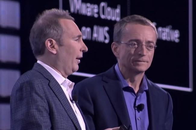 « Certains clients nous ont demandé de leur fournir des services AWS, comme du traitement, du stockage, de l'hébergement sur site, qui leur permettraient d'interagir de façon vraiment transparente et constante avec le reste de leurs applications et services AWS », a indiqué Andy Jessy CEO d'AWS (à gauche) aux côtés de Pat Gelsinger (CEO de VMware) lors de re:Invent 2018 à Las Vegas. (crédit : D.R.)