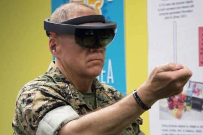 Le commandant de Marine Robert Neller utilisant le casque de réalité augmentée Microsoft Hololens lors d'une démonstration en avril 2018 au camp Foster à Okinawa. (crédit : US Marine / Tayler P. Schamb)