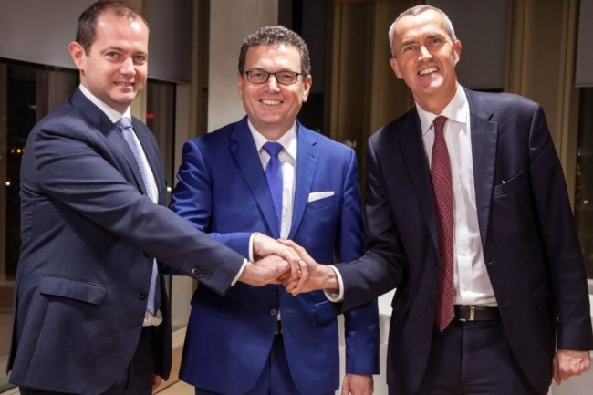 Xavier Mathieu (directeur général de birdz), Helmut Reisinger, (directeur général d'OBS) et Frédéric Van Heems (directeur général de Veolia Eau France) posent pour sceller l'accord de déploiement LorA chez Veolia. (crédit : D.R.)