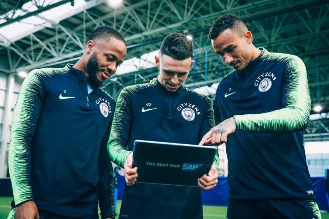 Dans le championnat anglais, Manchester City étend l'utilisation des outils d'analyse de SAP. De gauche à droite, les joueurs Raheem Sterling, Phil Foden et Danilo. (Crédit : Manchester City)