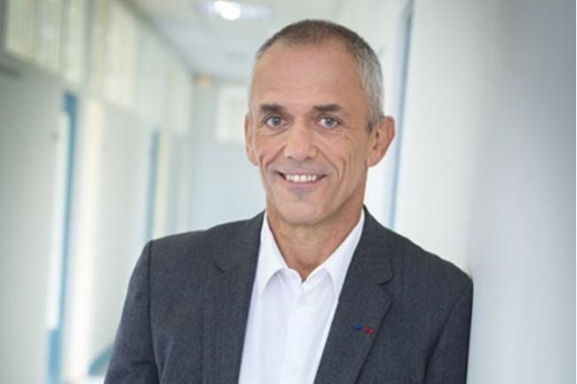 Le président du CNRS, Antoine Petit, se félicite de la puissance de calcul délivrée par le supercomputer fourni par HPE. (Crédit : CNRS)
