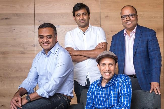 Les quatre fondateurs de Rubrik, (de gauche à droite debout) Arvind Nithrakashyap, Soham Mazumdar, Bipul Sinha et Arvind Jain (assis), valorisent leur société à 3,3 Md$ avec cette dernière levée. (Crédit : Rubrik)