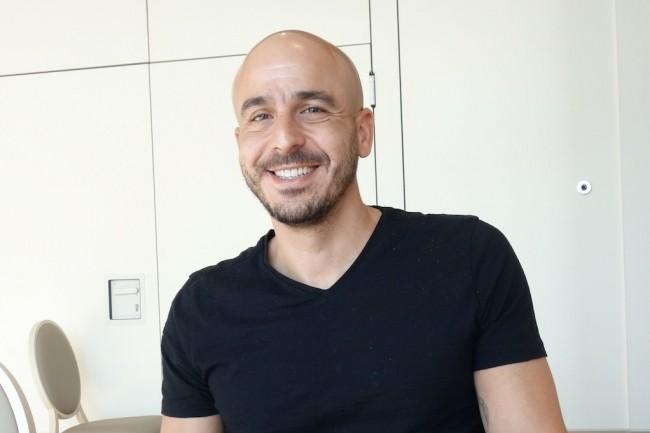 Shay Banon, créateur du moteur de recherche Elasticsearch et CEO d'Elastic, sur la conférence ElasticON à Paris le 14 février 2019. (Crédit : LMI/MG)