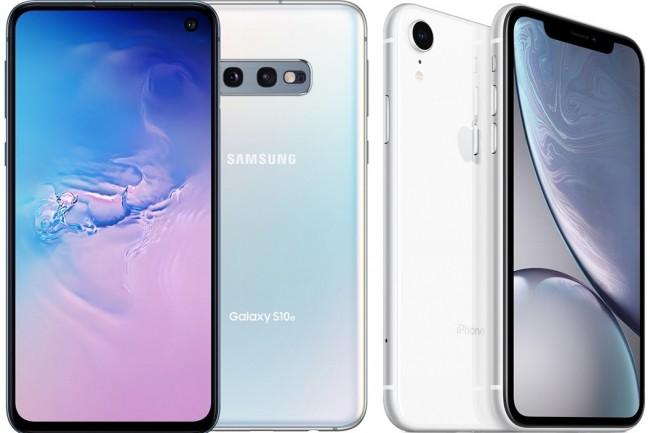 A gauche, le Galaxy S10e de Samsung, à droite, l'iPhone XR d'Apple. (Crédit : Samsung/Apple)