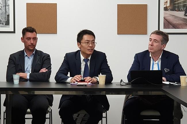 De gauche à droite : Sébastien Gas, directeur de l'innovation chez SCC - partenaire de Huawei - ; Weiliang Shi, CEO de  Huawei France ; François Barrault, président d'Idate. (Crédit : Nicolas Certes)