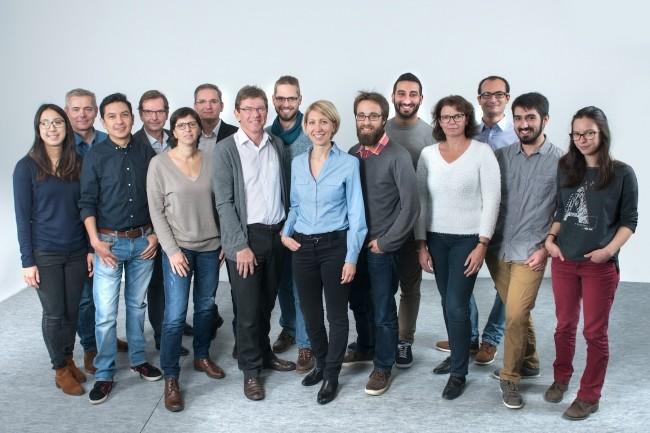 Après avoir étudié le marché du textile, l'équipe de Primo1D a orienté sa stratégie vers d'autres secteurs industriels. Ci-dessus, Emmanuel Arène, son PDG (au 1er plan), et Alain Papanti, Directeur commercial (4ème à gauche au 2ème rang). Crédit : Primo1D
