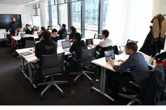 La formation IA dispensée dans les écoles Simplon situées en Ile-de-France (ci-dessus) ou en province, sera toujours organisée autour d'un programme intensif de 7 mois puis de 12 mois en contrat de professionnalisation obligatoires, en alternance, au sein d'entreprises partenaires de Microsoft. (crédit. D.R.)