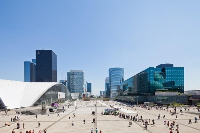Répartis sur la dalle de La Défense, 15 000 capteurs envoient des données sans interruption aux équipes du PC de sécurité, qui décident des commandes à envoyer. (Crédit : Paris La Défense)