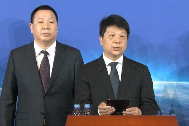 Guo Ping, chairmain tournant de Huawei, a annoncé le dépôt de plainte contre les Etats-Unis lors d'une conférence de presse tenue avec d'autres responsables exécutifs de l'entreprise choinoise dont Song Liuping, chef des affaires juridiques, à gauche. (Crédit : Huawei)