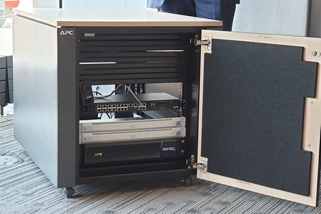 Les racks construits par Schneider Electrics sont équipés de caméras pouvant être configurées avec des algorithmes de machine learning afin de reconnaître les personnes ouvrant les armoires pour y effectuer une opération. (Crédit : Nicolas Certes)
