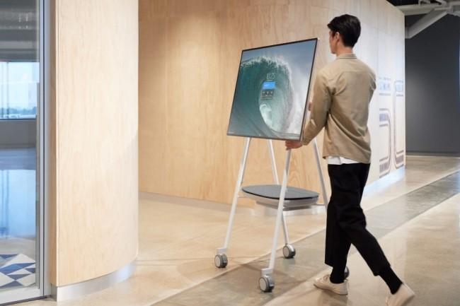 Un support à roulettes et une batterie mobile sont proposés par APC (filiale de Schneider Electric) en supplément du tableau interactif de Microsoft. (Crédit : Microsoft).