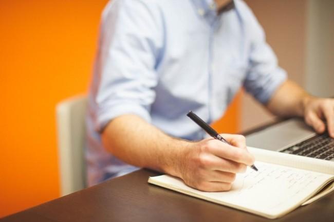 Plus d'un informaticien sur deux ne perçoit aucune heure supplémentaire en France, selon une étude européenne réalisée par ADP. (Crédit : Pixabay)