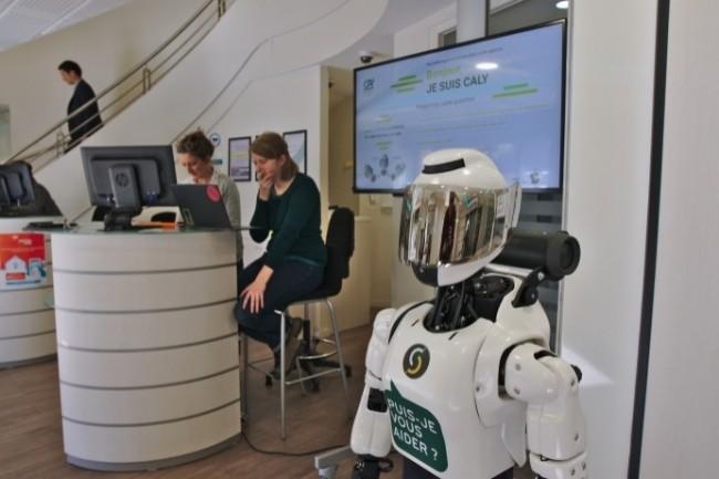 Le robot Caly est doté d'une IA pour dialoguer avec les clients de la banque. (Crédit Photo: Ibenta)