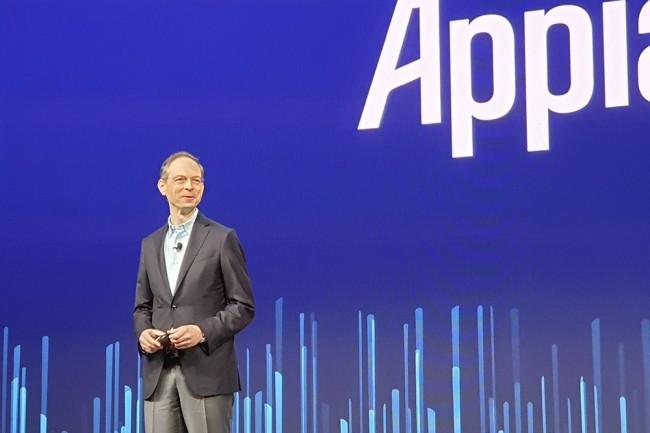 Arrivé sur scène depuis les bancs du public, Matt Calkins, CEO et co-fondateur d'Appian a commencé son keynote par des remerciements aux clients à l'occasion des 20 ans de la société, fêtés très humblement. (Crédit : Nicolas Certes)